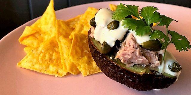 Tonfiskfylld avokado med Caesardressing