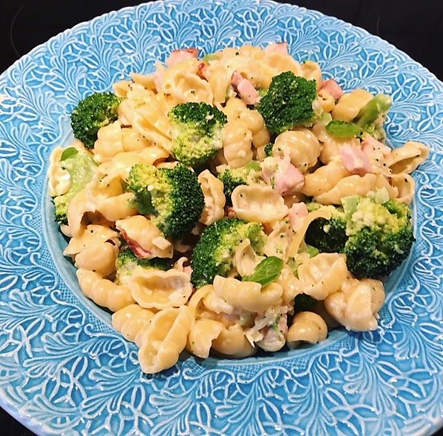Pasta med skinka och broccoli